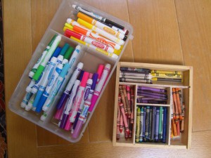 organize-crayons-and-markers-by-color-family